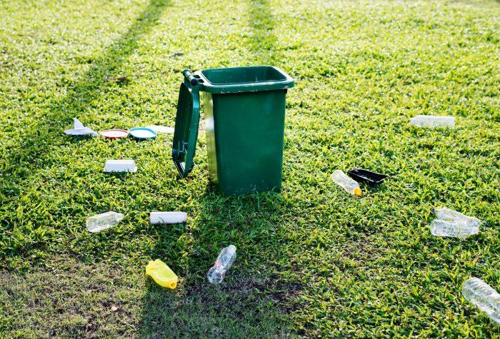 Popelnice s plastovým odpadem